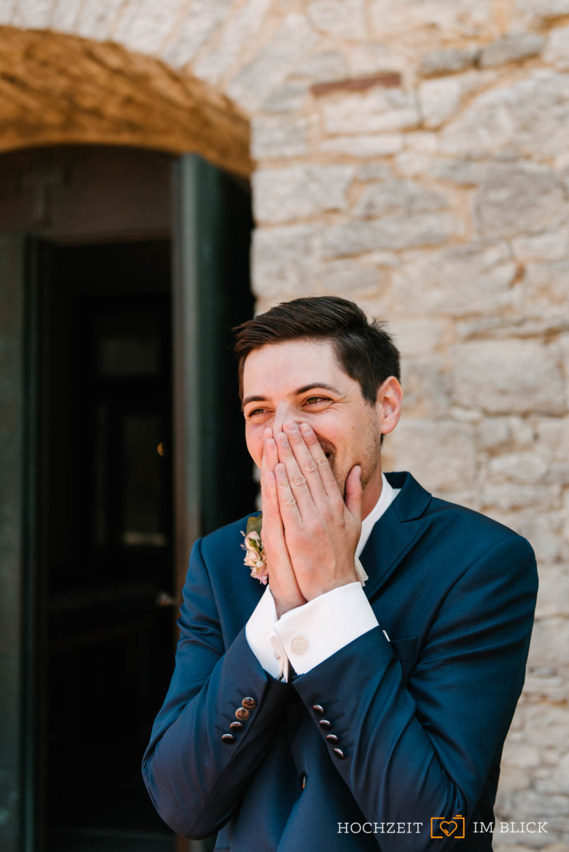 Sebastian sieht seine zukünftige Frau in diesem Moment zum ersten Mal. Fotografiert von unserer Hochzeitsfotografin Patricia