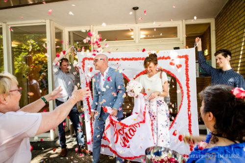 Blumenhagel nach der standesamtlichen Trauung in Hamburg, fotografiert von unserem Hochzeitsfotografen Niklas aus Hamburg.