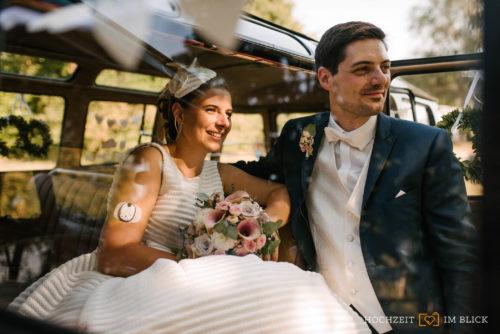 Ein Hochzeitspaar in ihrem Hochzeitsauto in Hildesheim. Fotografiert von unserer Hochzeitsfotografin Patricia.