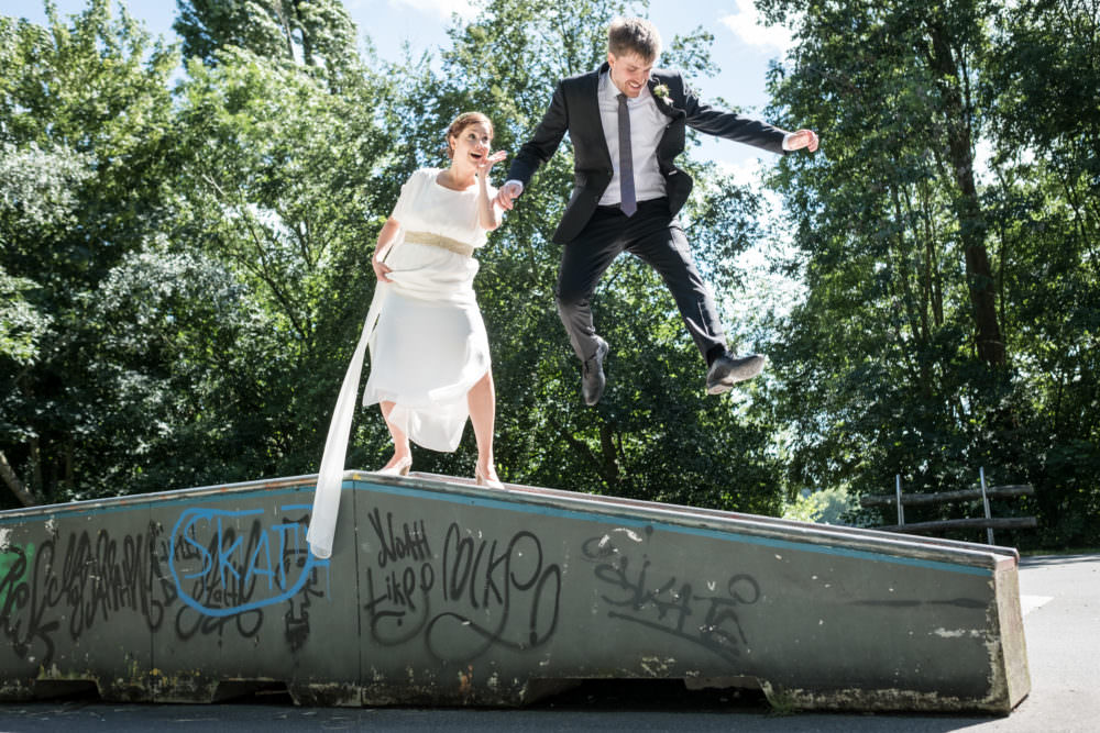 Ein Brautpaar springt auf einer Sktaerrampe, fotografiert von unserem Hochzeitsfotografen Stefan