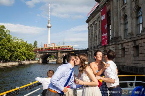 Das Brautpaar fährt mit den Gästen auf einem Boot durch Berlin