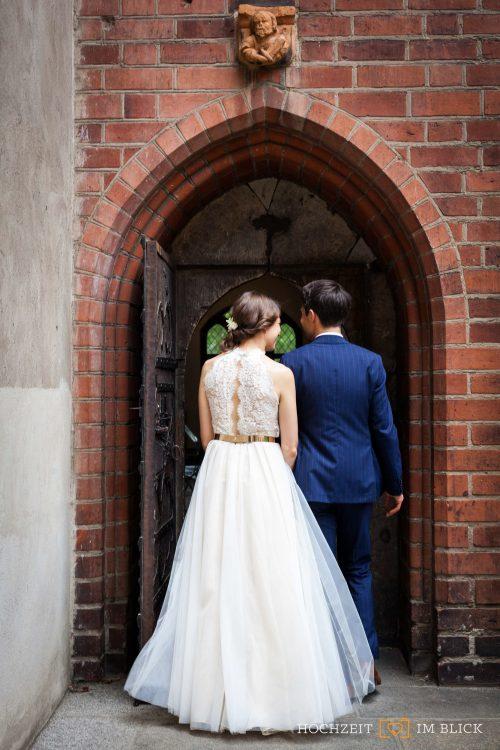 """Brautpaar in Berlin an der """"Großen Halle"""" im Märkischen Museum Berlin"""
