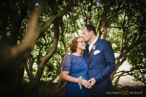 Ein Brautpaar in einem Park in Hamburg, fotografiert von unserem Hochzeitsfotografen Niklas.