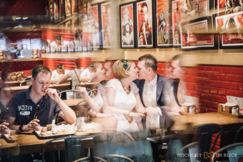 Das Lieblingsrestaurant des Brautpaares war hier die kreative Location für die Hochzeitsfotos.