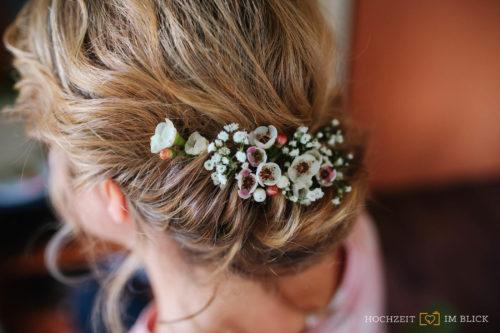 Blumenschmuck im Haar bei einer Hochzeit bei Berlin