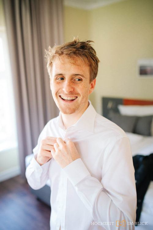 Auch Martin macht sich für die Hochzeit im Hotel Gut Gnewikow bei Berlin fertig