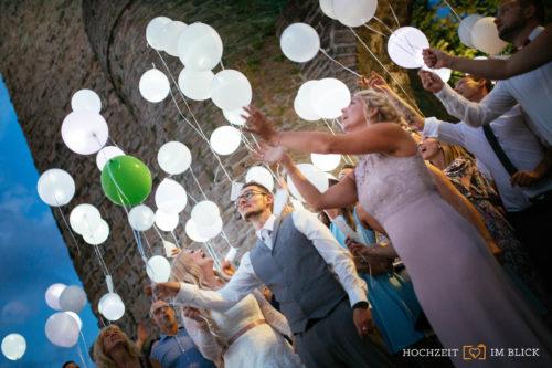 Luftballons teigen lassen bei der Hochzeitsfeier in der Burg Blankenstein in Hattingen, fotografiert von Hochzeitsfotograf Richard.