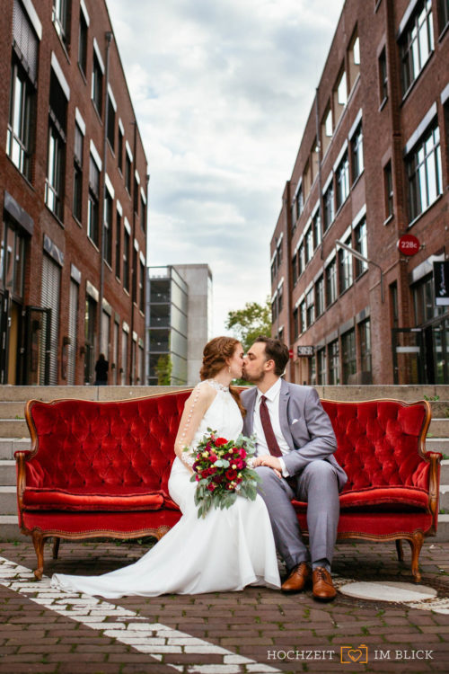 Eine fotogene Couch vor dem Event-Theater Schwanenhöfe, fotografiert von unserem Hochzeitsfotografen aus Düsseldorf.