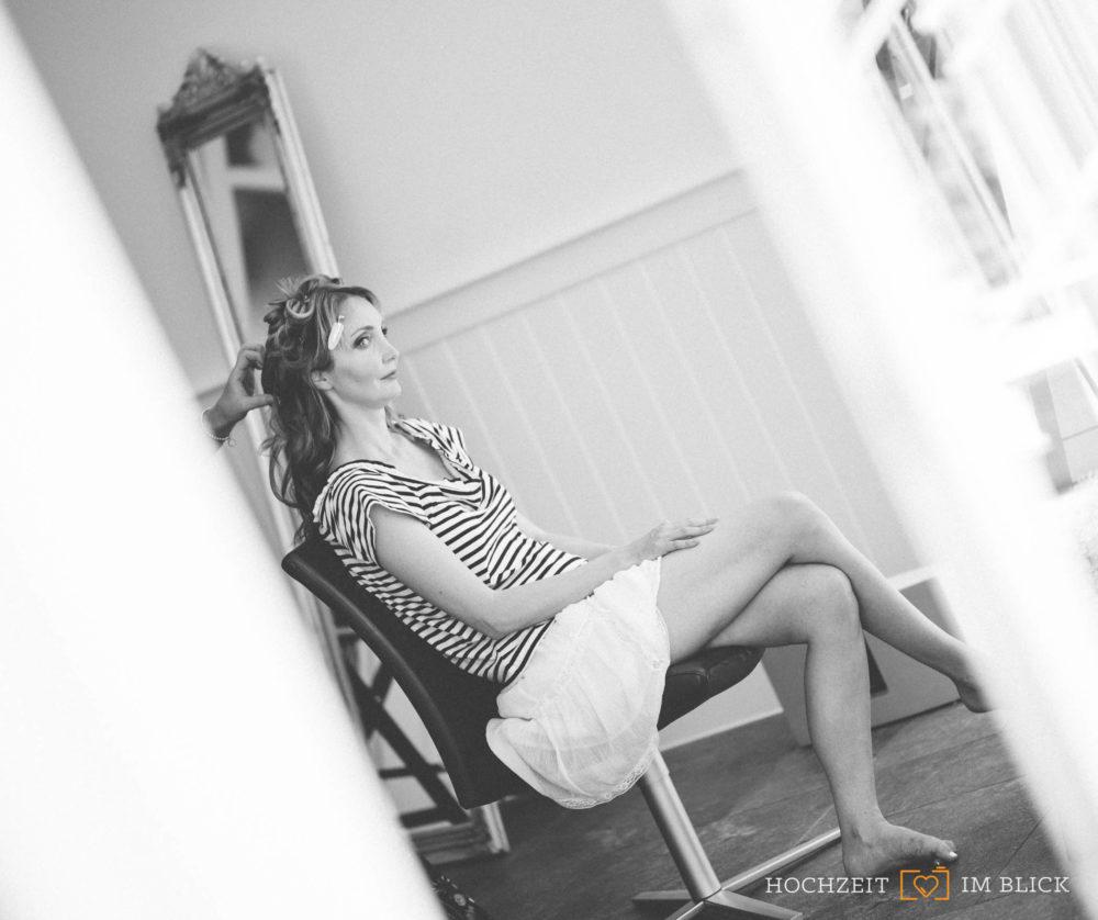 Magdalena lässt sich an der Hochzeitslocation Hoher Darsberg fertig machen