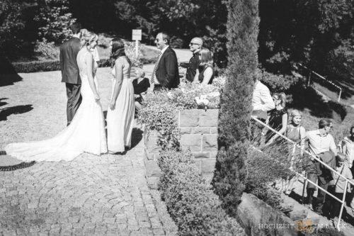 Gäste gratulieren dem frisch gebackenen Brautpaar nach der Trauung an der Location Hoher Darsberg