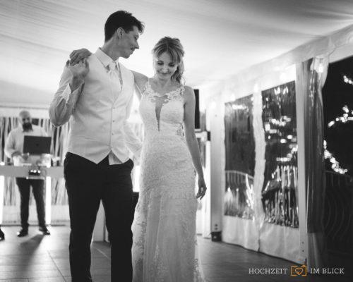 Magdalena und Sebastian bereiten sich auf ihren Eröffnungstanz in der Location Hoher Darsberg vor