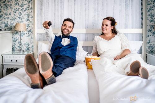 Die Mottozimmer Im Parkhotel Bilm im Glück eignet sich für schöne Brautpaarporträts, egal ob im Sommer oder Winter.