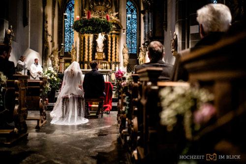 Kirchliche Trauung in St. Lambertus in der Düsseldorfer Altstadt. Fotografiert von unserem Hochzeitsfotografen Stefan.