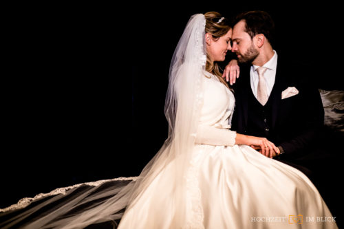 Brautpaarshooting in einem Hotel in Düsseldorf. Fotografiert von unserem Hochzeitsfotografen Stefan.