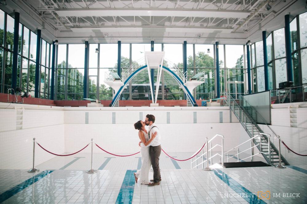 Brautpaarporträt im Hallenbad in Wolfsburg von unserem Hochzeitsfotografen Yoav.