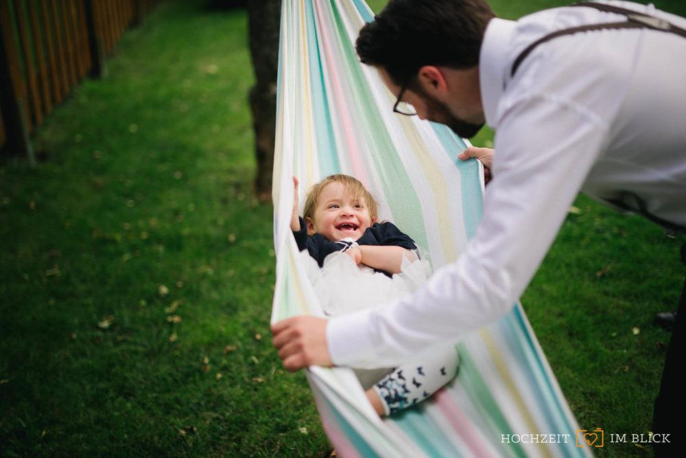 Empfang im Garten, fotografiert von unserem Hochzeitsfotografen Yoav.