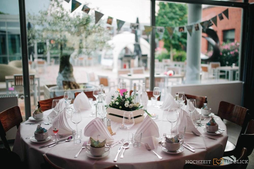 Tischdekoration bei der Hochzeit im Hallenbad in Wolfsburg fotografiert von unserem Hochzeitsfotografen Yoav.