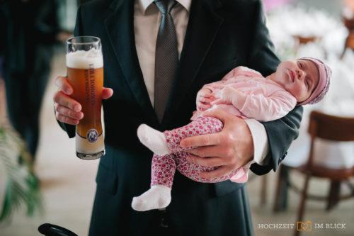 Bier und Baby, fotografiert von unserem Hochzeitsfotografen Yoav in Wolfsburg.