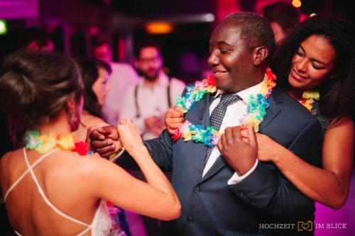 Hochzeit feiern im Hallenbad Kultur am Schachtweg in Wolfsburg, fotografiert von unserem Hochzeitsfotografen Yoav.