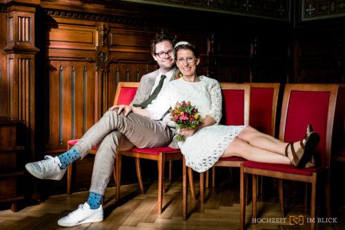 Auch manche Standesämter, wie hier ein Standesamt in Berklin, eignen sich gut für schöne Porträts in Räumen. Fotografiert von unserer Hochzeitsfotografin in Berlin.
