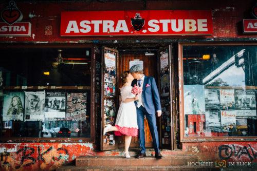 Ein Brautpaar küsst sich an der Astra Stube in Hamburg. Fotografiert von unserem Hochzeitsfotografen Niklas.