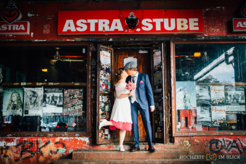 Urbanes Brautpaarshooting vor der Astrastube