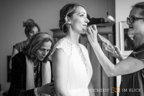 Die Braut lässt sich zuhause in Düsseldorf für ihre Hochzeit zurecht machen. Fotografiert von unserer Hochzeitsfotografin Patricia.