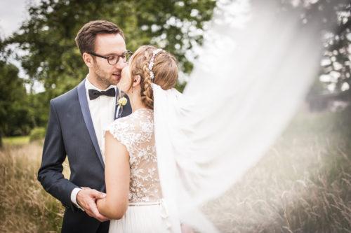 Bei einer Hochzeit in Düsseldorf küssen sich Braut und Bräutigam. Fotografiert von unserer Hochzeitsfotografin Patricia.