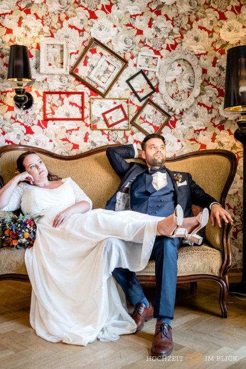 Auch die Lobby Im Parkhotel Bilm im Glück eignet sich für schöne Brautpaarporträts, egal ob im Sommer oder Winter.
